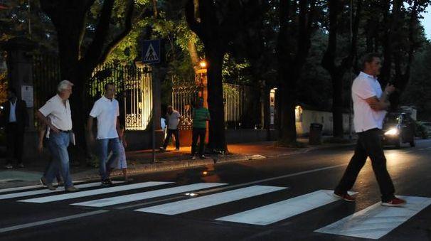 """Il """"salva pedone"""" fa il suo esordio: luci led per attraversamenti sicuri"""