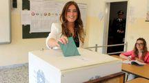 Il ministro Maria Elena Boschi al voto (Ansa)