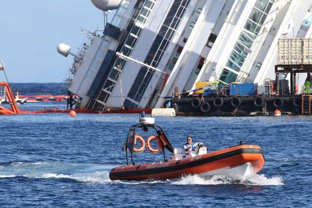 Il relitto della Costa Concordia nel settembre 2013 (LaPresse)