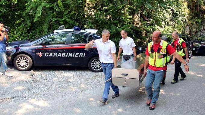 Soccorso alpino e carabinieri  trasportano il feretro del cadavere trovato al monte San Martino