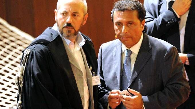 Francesco Schettino con il suo avvocato durante il processo per il naufragio della Concordia (Ansa)