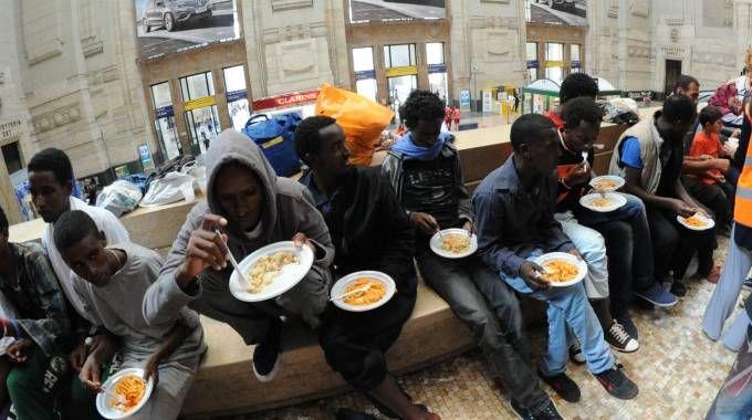 Migranti in stazione Centrale (Newpress)