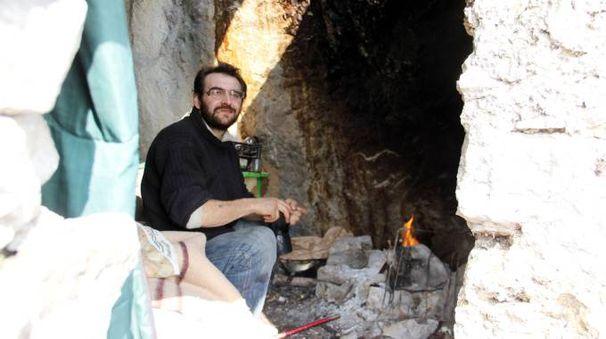 Leone Silva scelto di vivere in una grotta