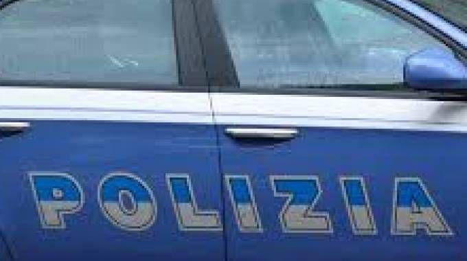 In terrazza, armato di coltelli, minaccia di togliersi la vita: salvato dalla polizia