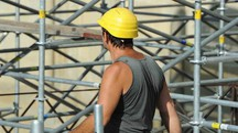Operaio muratore al lavoro in un cantiere edile