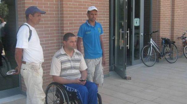 Ahmed Harroud davanti allo stabile acquistato per l'associazione