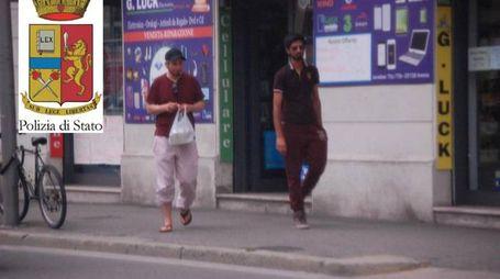 Lassaad Briki e Muhammad Waqas  (D) in una foto ripresa durante un'operazione antiterrorismo (Ansa)