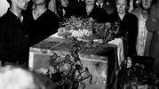 Predappio, Cimitero di San Cassiano: Donna Rachele Guidi Mussolini e sua Figlia la Contessa Edda Mussolini Ciano di Cortellazzo in piedi nella cripta di fronte alla cassa con i resti di Benito Mussolini (Archivio Walter Breviglieri)