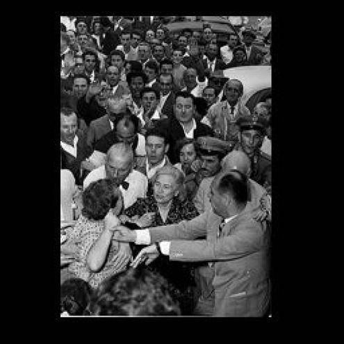 Donna Rachele prende a pugni una donna di Predappio (archivio Walter Breviglieri)