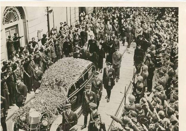 Pisa, agosto 1941: Funerali di Bruno Mussolini, la famiglia segue il feretro
