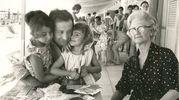 Riccione, Nando Pucci Negri con in braccio le figlie Silvia e Edda, accanto la madre Maria Panzarasa
