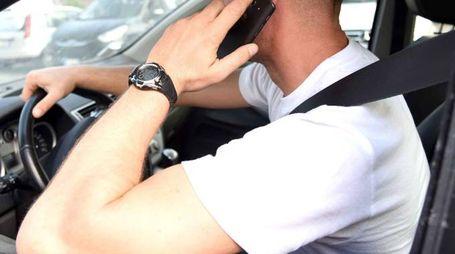 Al telefono mentre guida
