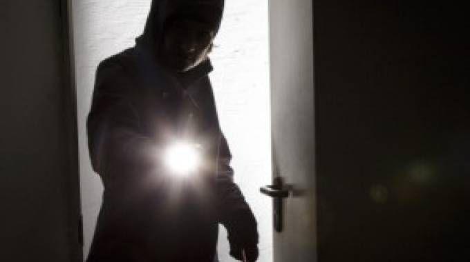 Un ladro entra in casa (foto repertorio)