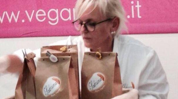 CREATIVITÀ Sabrina Nazzari, titolare del ristorante 'La gallina felice' con la sua pasta che ha debuttato alla fiera «Sana»
