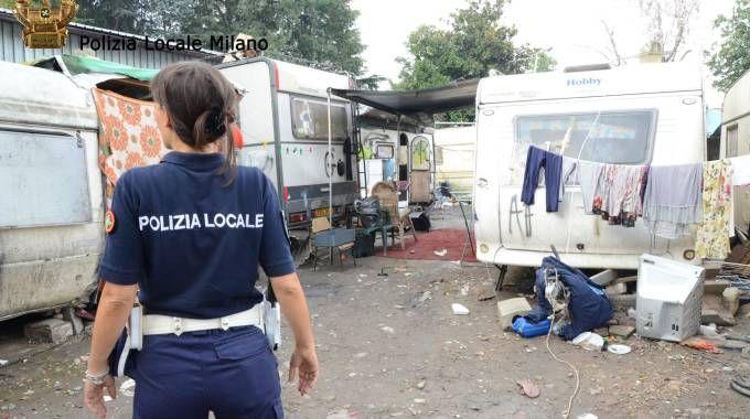 Polizia Locale in un campo nomadi (foto d'archivio)
