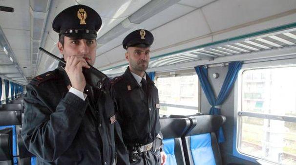 Due agenti della Polfer in azione (foto archivio)