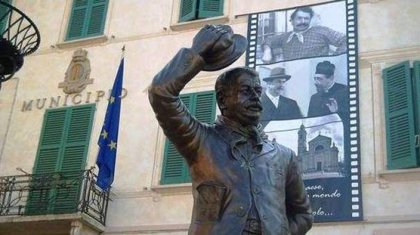 La statua di Peppone nella piazza di Brescello (Foto Lecci)