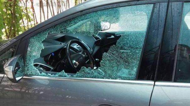 Una vettura danneggiata (foto d'archivio)
