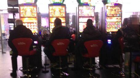 Una sala con slot e videolottery con vincite in denaro