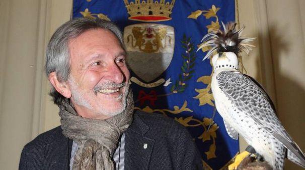 Il sindaco Bellandi con uno dei falchi del parco della Torretta