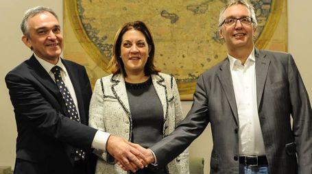 La stretta di mano tra il presidente della Toscana Enrico Rossi, il presidente delle Marche Luca Ceriscioli e il  presidente dell'Umbria Catiuscia Marini