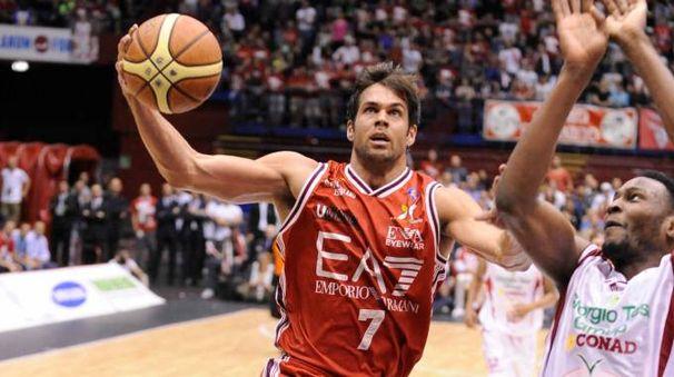 Bruno Cerella in azione con la maglia dell'Armani