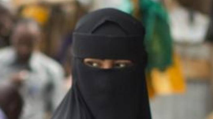 Una donna keniota indossa in niqab (Ansa)