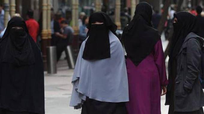 Donne che indossano il niqab, o velo islamico integrale (Spf)