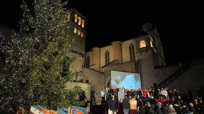 L'accensione dell'albero di Natale ad Assisi lo scorso anno (foto Crocchioni)