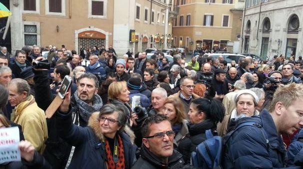 Banca marche la protesta degli azionisti in piazza a roma for Votazioni parlamento oggi