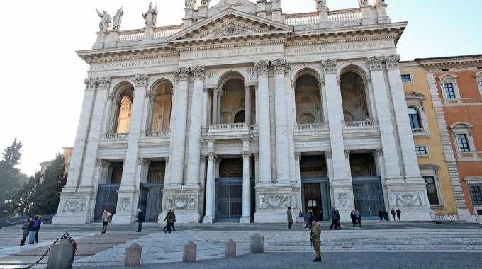 L'altra Roma deserta: folla solo in San Pietri (Ansa)