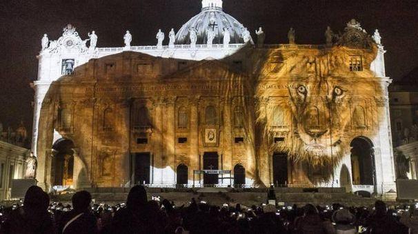 Giubileo, show di luci a San Pietro (Ansa)