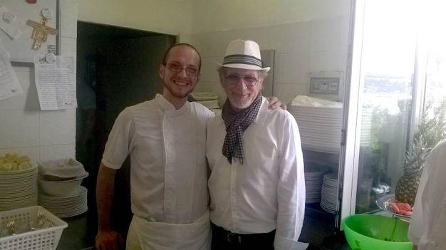 Spielberg con un membro dello staff del ristorante