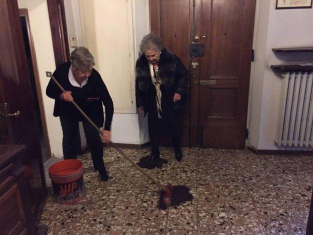 Parrocchiane puliscono dopo l'aggressione subita da Don Massimo Malinconi