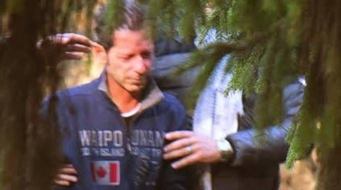 Massimo Bossetti lascia la camera ardente del padre scortato dagli agenti