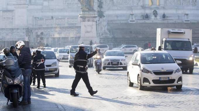 Smog, targhe alterne a Roma (Ansa)