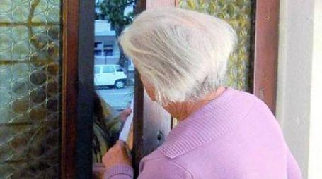 Un'anziana sola in casa