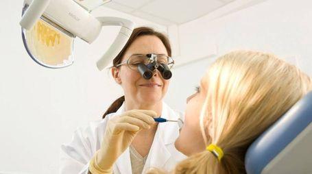 Un dentista in una foto d'archivio