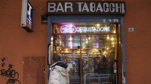 La tabaccheria di via San Vitale (foto Schicchi)