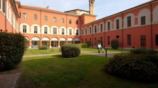 SANITÀ Un neonato in ospedale; a sinistra, la sede dell'Ausl di Parma