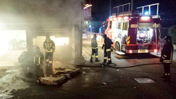 I vigili del fuoco impegnati a spegnere l'incendio a Merate