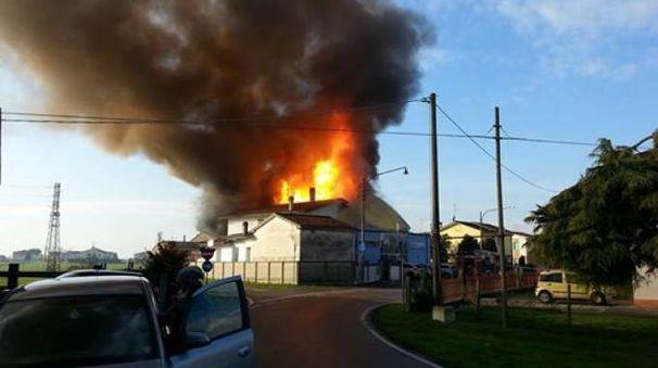 Le fiamme divampano dal poligono