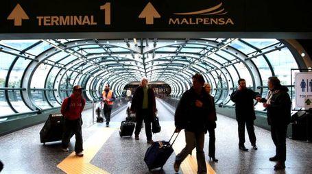Passeggeri in transito a Malpensa (Newpress)