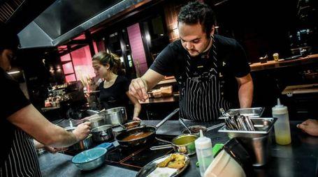 Gli chef del «Besame mucho» il ristorante del padiglione del Messico che dopo il 31 ottobre ha preso casa nel quartiere delle Varesine all'ombra dei grattacieli (Newpress)