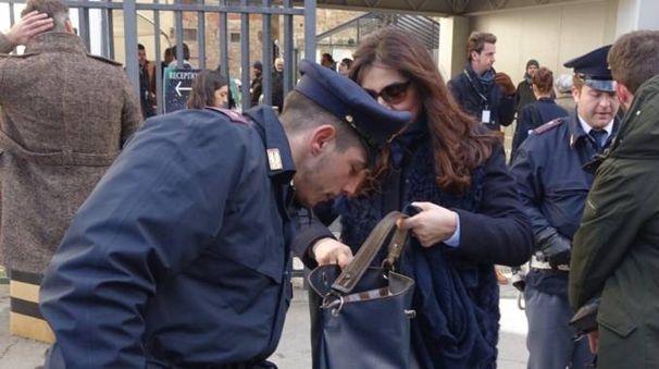 Controlli ferrei della polizia all'ingresso della Fortezza da Basso