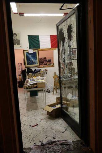 Assalto di un gruppo di incappucciati alla libreria di Casapound in via D'Annunzio (New Press Photo)