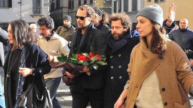 L'addio ad Ashley Olsen, il fidanzato con un mazzo di fiori (Visintini/Press Photo)