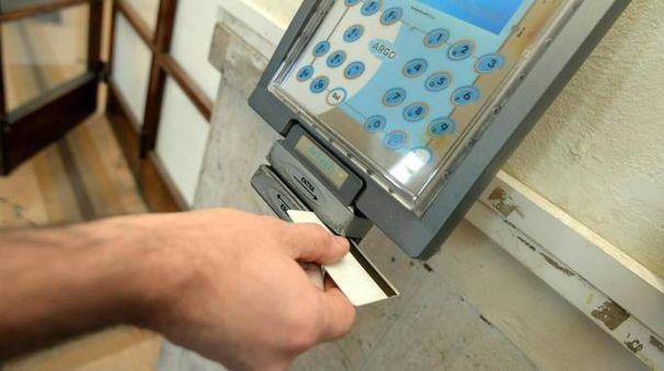 Un dipendente mentre timbra il cartellino