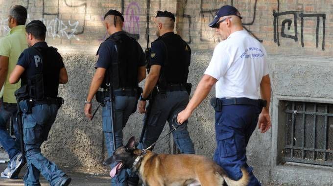 Un servizio antidroga della polizia in Bolognina