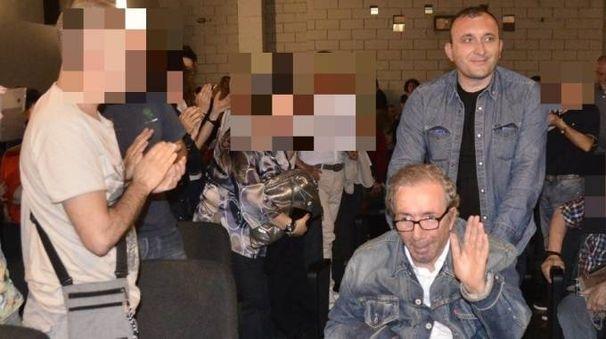 Maltrattamenti contro Francesco Nuti, accusato il badante. Nella foto spinge la carrozzina